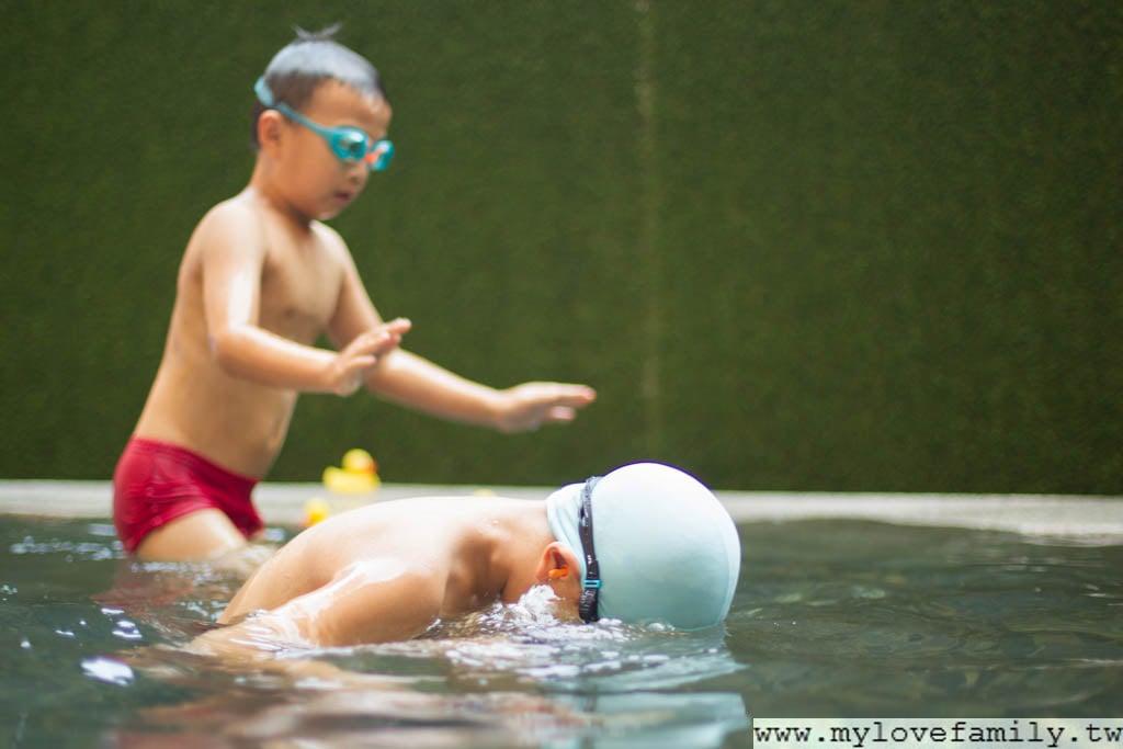 爸爸教兒子游泳